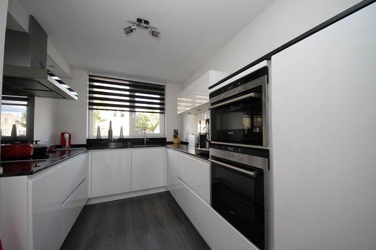 Witte Keuken Met Zwart Werkblad : Witte hoogglans greeploze keuken met zwart gepolijst composieten