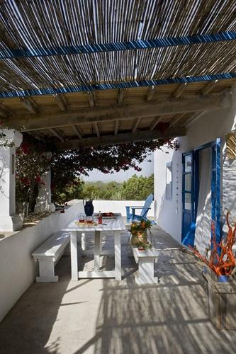 Mediterranean outdoor living1 by con M de mujer, via Flickr