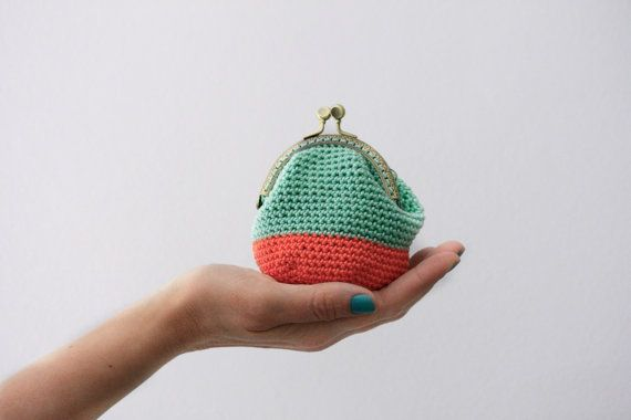 Crochet Quarter Keeper : Crochet coin purse, the Mint Keeper, in coral and mint