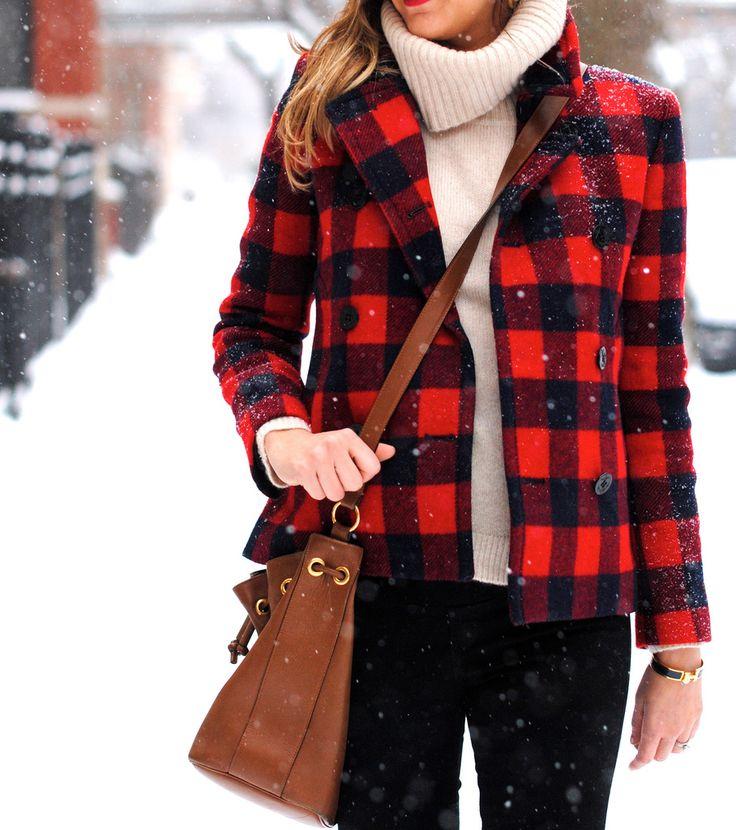 赤チェック柄コートと白セーター