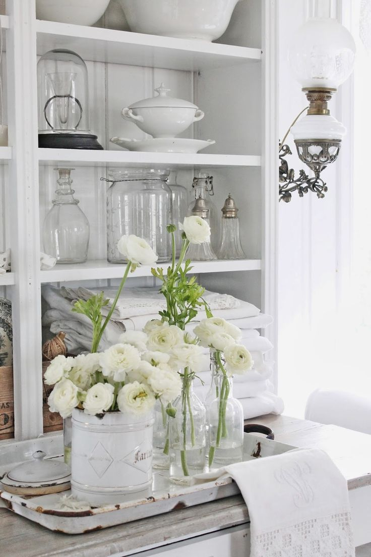 Love the mix of glass, linens and white flowers - so very pretty. via VIBEKE DESIGN: Hvite små skjønnheter !
