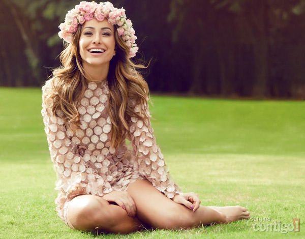 Coroa de flores rosas na cabeça