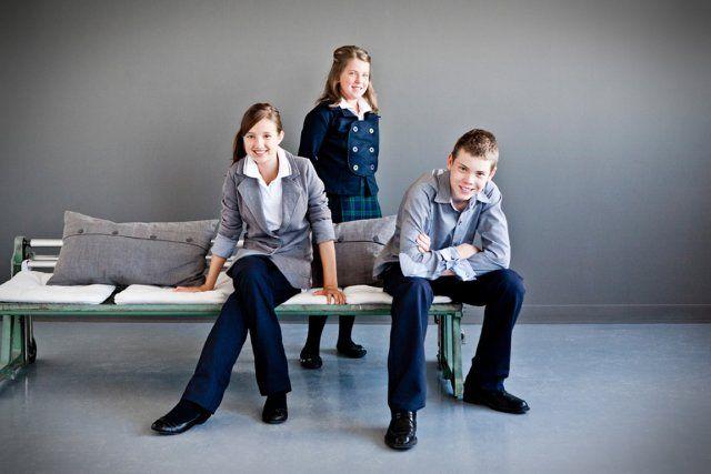 époque où les uniformes scolaires étaient faits de polos amples ...