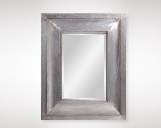Espejo de madera rectangular acabado en plata en el que podrás verte antes de salir de casa o conseguir dar amplitud a la estancia donde lo coloques.
