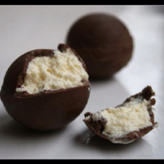 Chocolate balls filled with white chocolate mousse