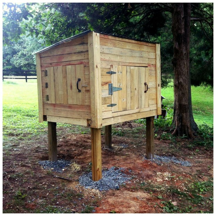 Pallet chicken coop homesteading pinterest for Pallet chicken coup