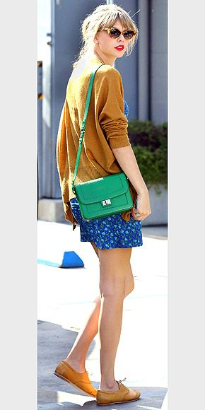 We love Taylor Swift's cat eye sunglasses and green shoulder bag, a great casual chic look.