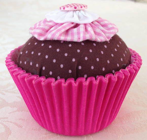 Lindo sachê em forma de cupcake para enfeitar e perfumar mesas de trabalho,.    O cupcake  perfumado é feito em tecido 100% algodão, fibra siliconada, e com fuxicos e botão decorativo, além da forminha para cupcake (7 x 5 x 4 cm).  acompanha caixinha com base de papel branca e tampa de acetato (8,5 x 8,5 x 8,5 cm) e fitinha de cetim combinando com a cor e tecido   --  - Dimensões do sachê (unidade):  aproximadamente 6 x 6 x 6 cm . R$ 8,00