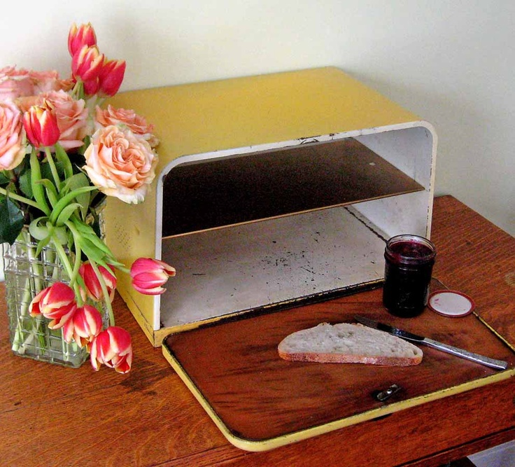 Vintage BeautyWare by Lincoln Breadbox, with a bread board on the inside lid.