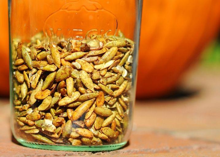 paleo roasted pumpkin seeds recipe (maple sugar, cinnamon, salt)