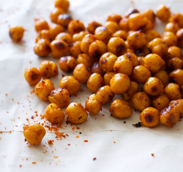 healthy-snack-spicy-roasted-chickpeas-close-close-up