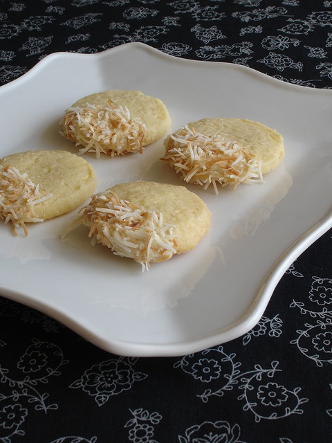 Toasted coconut shortbread with white chocolate icing / Cookies de ...