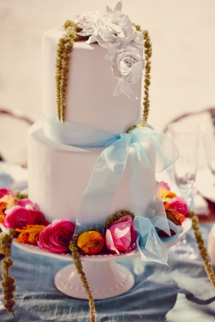 Decorate a simple, plain cake with natural flowers. #weddings #weddingcake