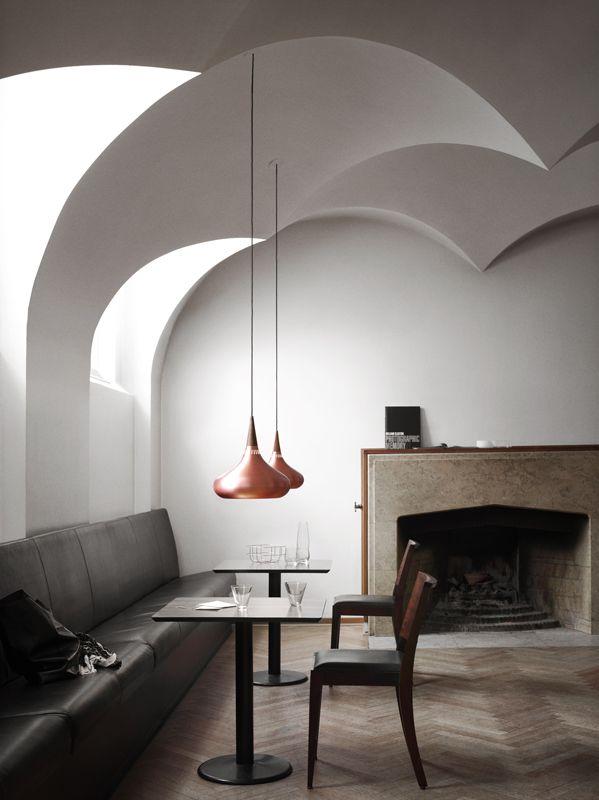 Det bästa allmänljuset kommer från en taklampa. Som matbordslampa bör den hänga 55-60 cm över bordsskivan.