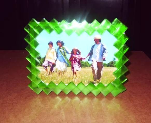 Cadre photo fait avec des bandes découpées dans des bouteilles en