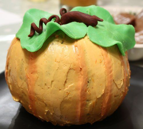 great-pumpkin-cake - this is two bundt cakes, icing in the middle and ...