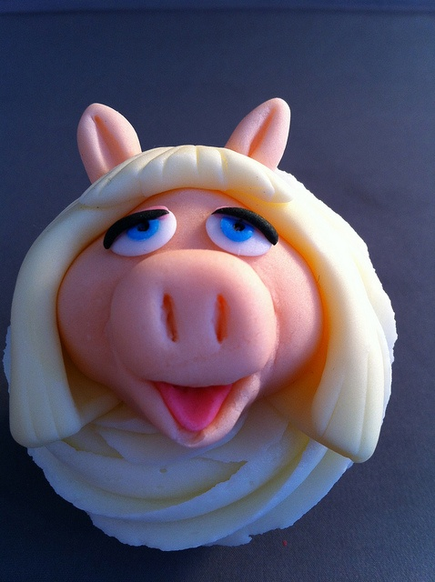 Muppet Cupcakes. Miss Piggy by zoeycakes, via Flickr