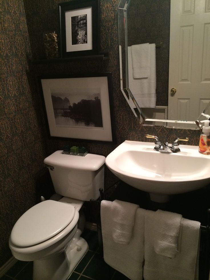 Pedestal Sinks For Small Bathrooms : Small bathroom pedestal sink. i like the towels theres and pic ...