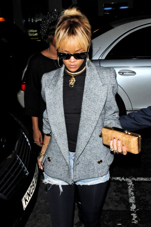 Rihanna in lion face pendant golden collar necklace.