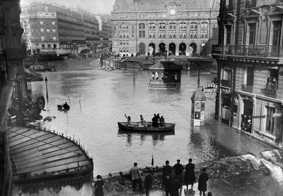 La Seine en crue inonde le centre de Paris, jusqu'aux grands boulevards et la gare Saint-Lazare (9e), en janvier 1910. Photo : Maurice-Louis Branger/ Roger Viollet