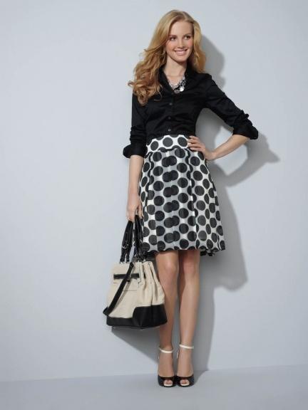 Saia soltinha com print gráfico PB + camisa preta manga dobrada + sandália e bolsa bicolores + colar prata by The Limited Spring 2012