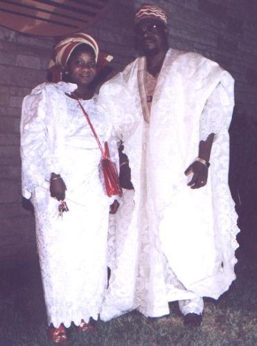 Traje de gala de Gambia,un gran grupo de esa comunidad son criollos,con algun antepasado europeo