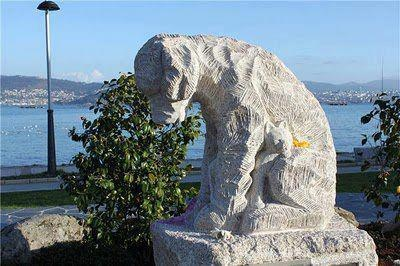 pomnik psa i kotaw w hiszpanii