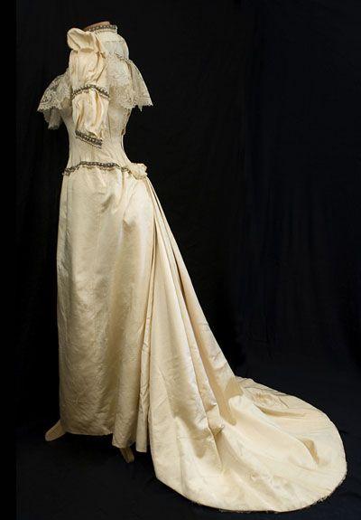 Victorian wedding gown nostalgia pinterest for Vintage victorian wedding dresses