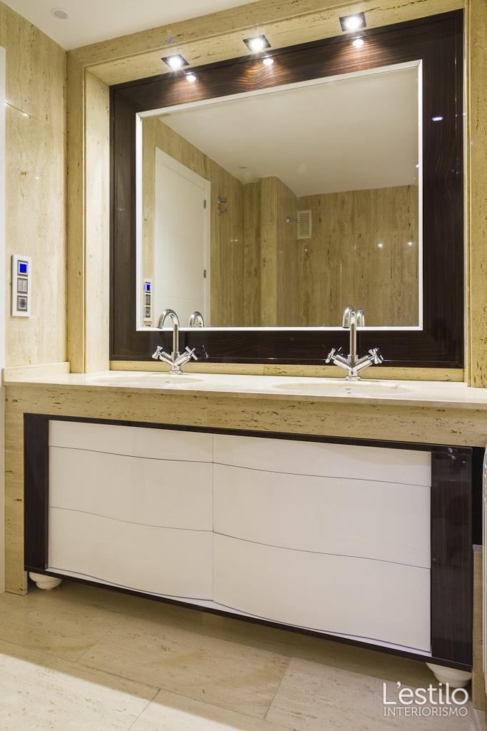 Muebles De Baño Gris Alto Brillo:Mueble y espejo de nogal lacados en blanco de alto brillo Diseñados