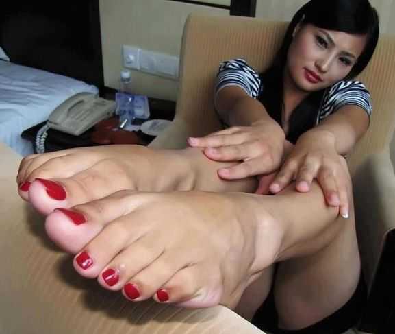 A sweet girl worship older woman feet 4