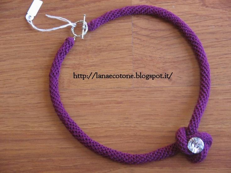 Lana e Cotone (maglia e uncinetto): #collana a spirale realizzata con l' #uncinetto  con al centro del nodo uno swarovsky da 14 mm di diametro. #crochet #spiral #necklace (link to video #tutorial)
