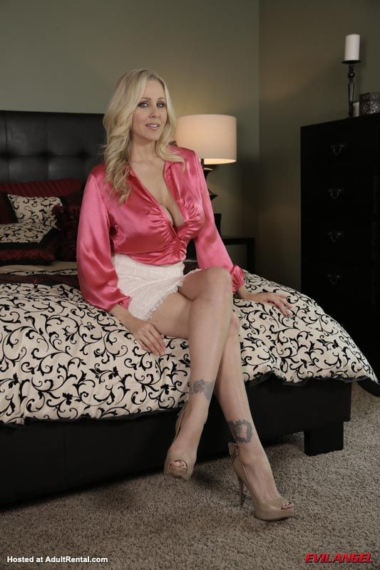 Stunning cougar Julia Ann favors a young dude with a masterful blowjob № 1391979 загрузить