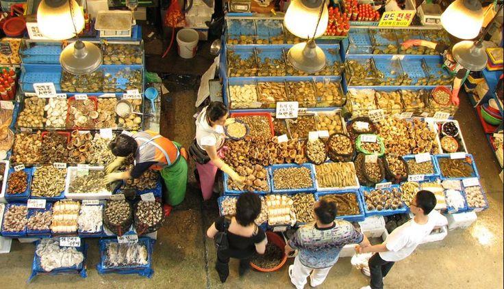 3. El mercado de pescado Noryangjin, en Seúl, Corea, es todo un espectáculo para los ojos y el olfato. Todos los días se realiza una subasta de pescados. Asimismo, allí se pueden encontrar las más exóticas y extrañas especies. En el segundo piso del lugar se encuentran también una decena de restaurantes tradicionales.