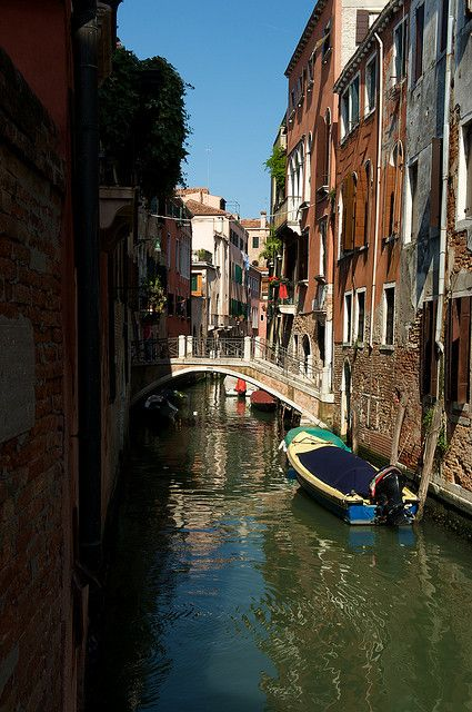 Little Side Canal, Venice, Italy | Venice | Pinterest: pinterest.com/pin/385480049326204352