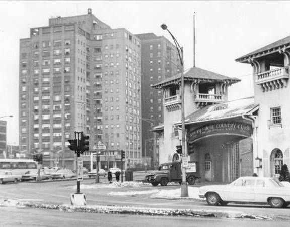 PHOTO – CHICAGO – 71ST AND SOUTH SHORE DRIVE – PART OF COUNTRY CLUB ENTRANCE AND HOTELS ON DRIVE – 1971
