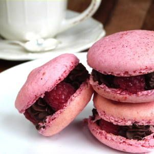 Raspberry & Chocolate Macaroons. | My Favourite Cakes | Pinterest
