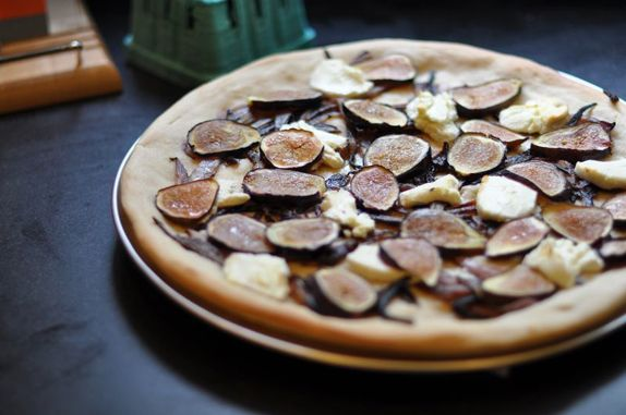 Goat Cheese and Fig Pizza with Caramelized Onions via VMac & Cheese ...