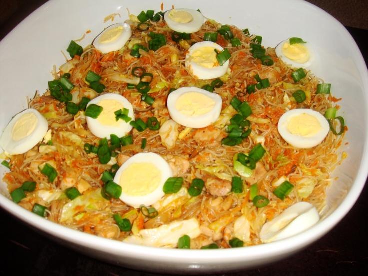 Pancit Bihon-Stir fried Filipino rice noodles with chicken. Super easy ...