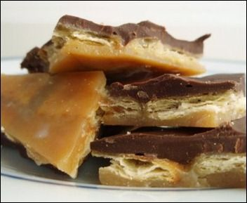 Christmas Crack recipe, saltine crackers, caramel, chocolate. I bet it ...