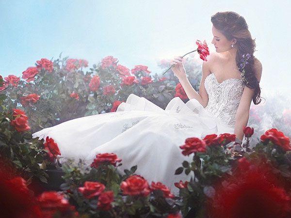 Você conhece a linha de vestidos de noiva da Disney inspirada nos contos de fadas? É um mais lindo que o outro! Este da foto foi inspirado na Bela (A Bela e a Fera).