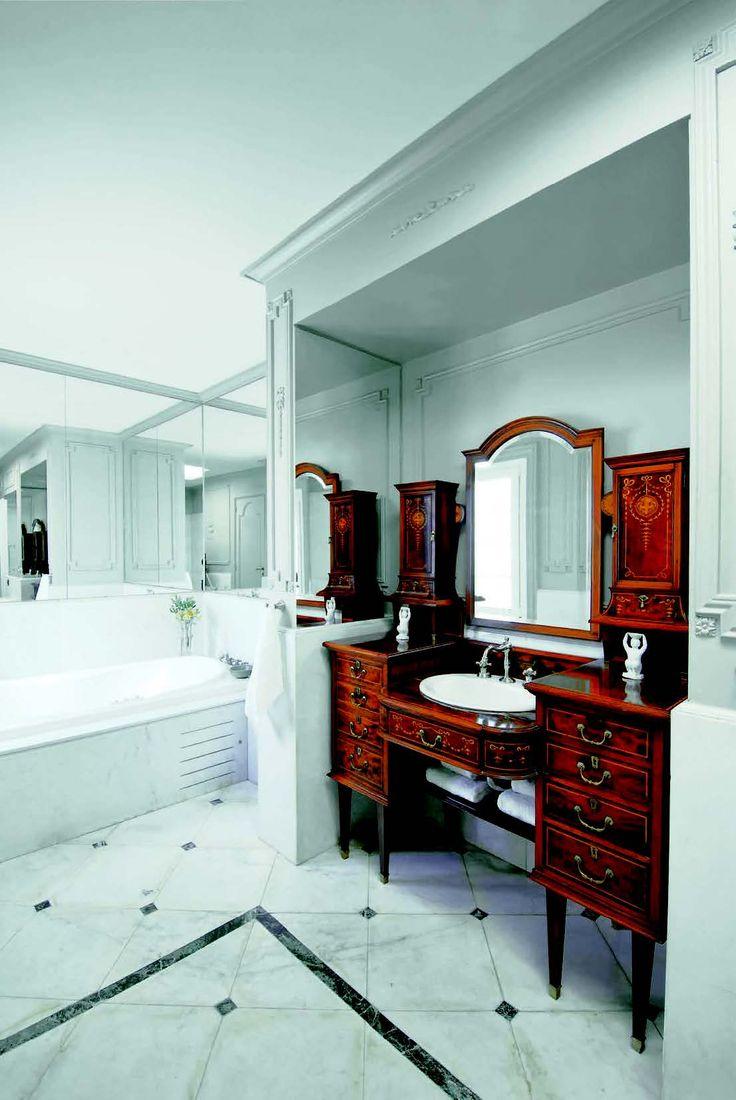 Dimensiones Baño Adaptado:un antiguo mueble de madera con espejo fue adaptado a las dimensiones