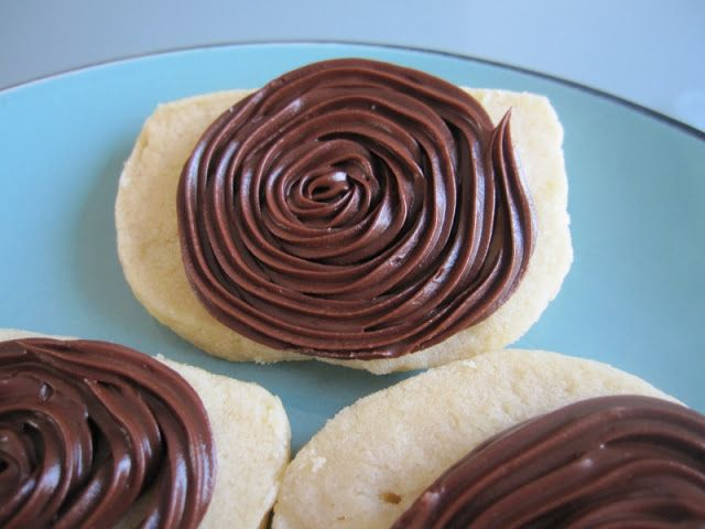 Vanilla shortbread cookies with Peanut Butter and Chocolate Frosting ...
