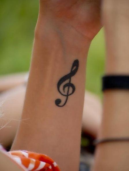 Tatuaggio-chiave-di-violino-interno-polso-tatto,note-sound-melody