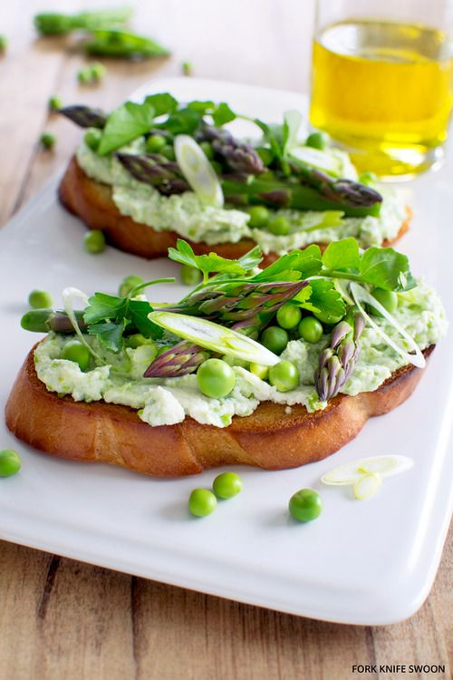 emigetsfit: fresh pea and ricotta tartines with spring...