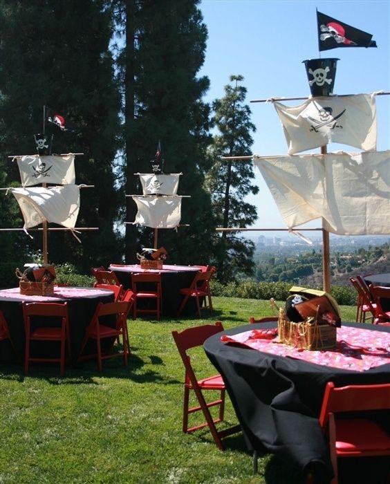 Mesas con forma de carabelas para decorar una fiesta pirata