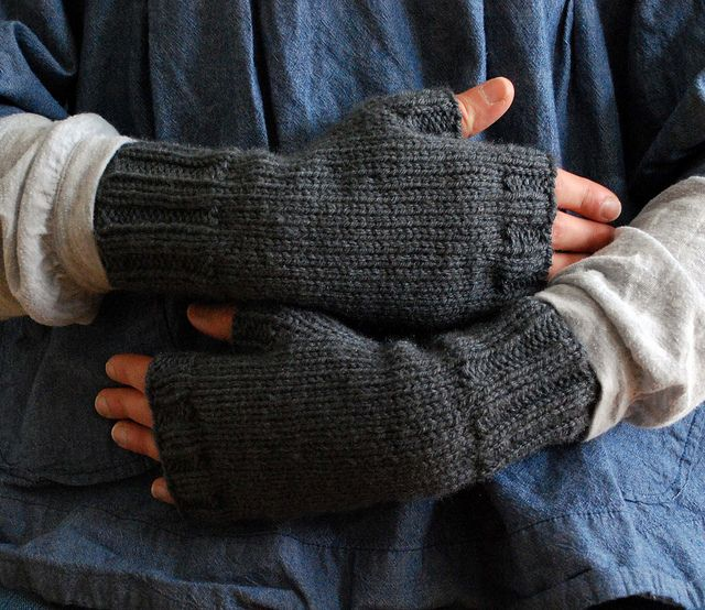 Fingerless Gloves Knitting Pattern Beginner : Pin by Alicia Frieberg on Knit - Armwarmers, gloves, fingerless glove?