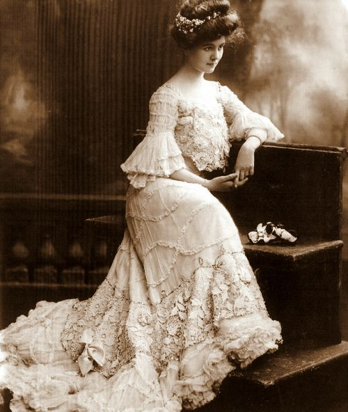 Beautiful Edwardian girl in beautiful Edwardian dress.