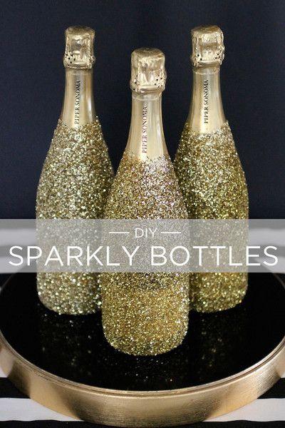 wat heb je nodig: champagne, ultrafijne glitters (goud, zilver, ...), kranten. 1. leg wat kranten neer op tafel 2. druk een krant door de top van de champagne tot waar je het liefst de glitters wilt (zie tekening) 3. besmeur de champagne fles met lijm, haal er eerst het etket af. 4. doe dit aub buiten! nu strooi je overal glitter! laat het stevig drogen en klaar!