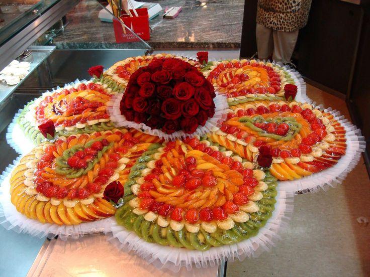 torta nuziale alla frutta...si tratta di più sfoglie saldate insieme ...