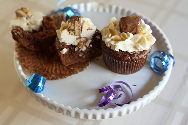 Snickers Cupcakes - chocolate cupcakes with a Snickers filling ...